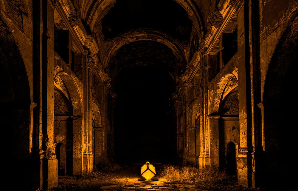 Foto-mesa-iluminando-la-iglesia-en-amarillo---copia