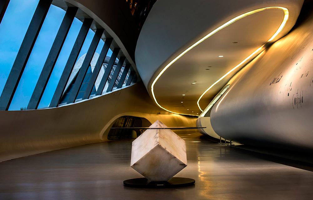 Mesa-en-Pabellon-Puente-Zaha-Hadid---copia