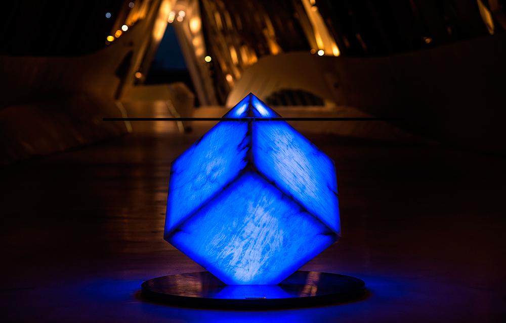 Mesa-iluminada-azul-pabellon-puente-Zaha-Hadid---copia