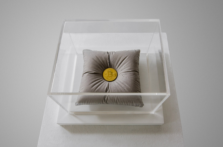 Bitcoint sculpture, pure Gold and concrete by Amarist sutudio.