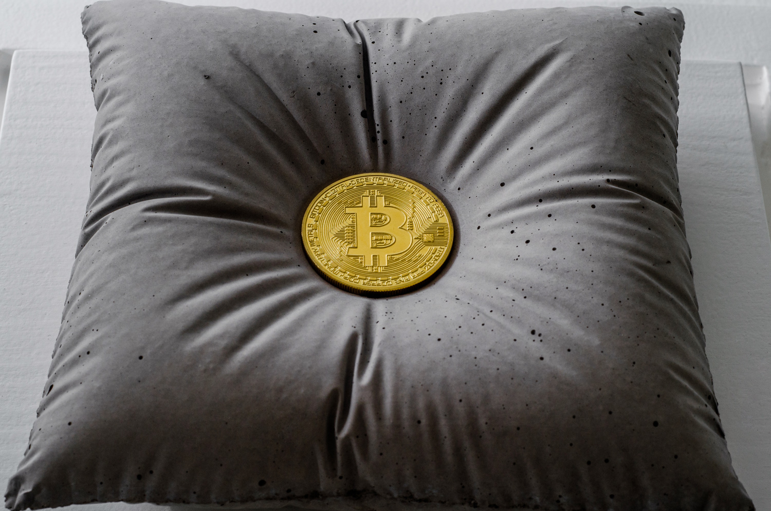 Bitcoint sculpture, pure Gold and concrete by Amarist sutudio.
