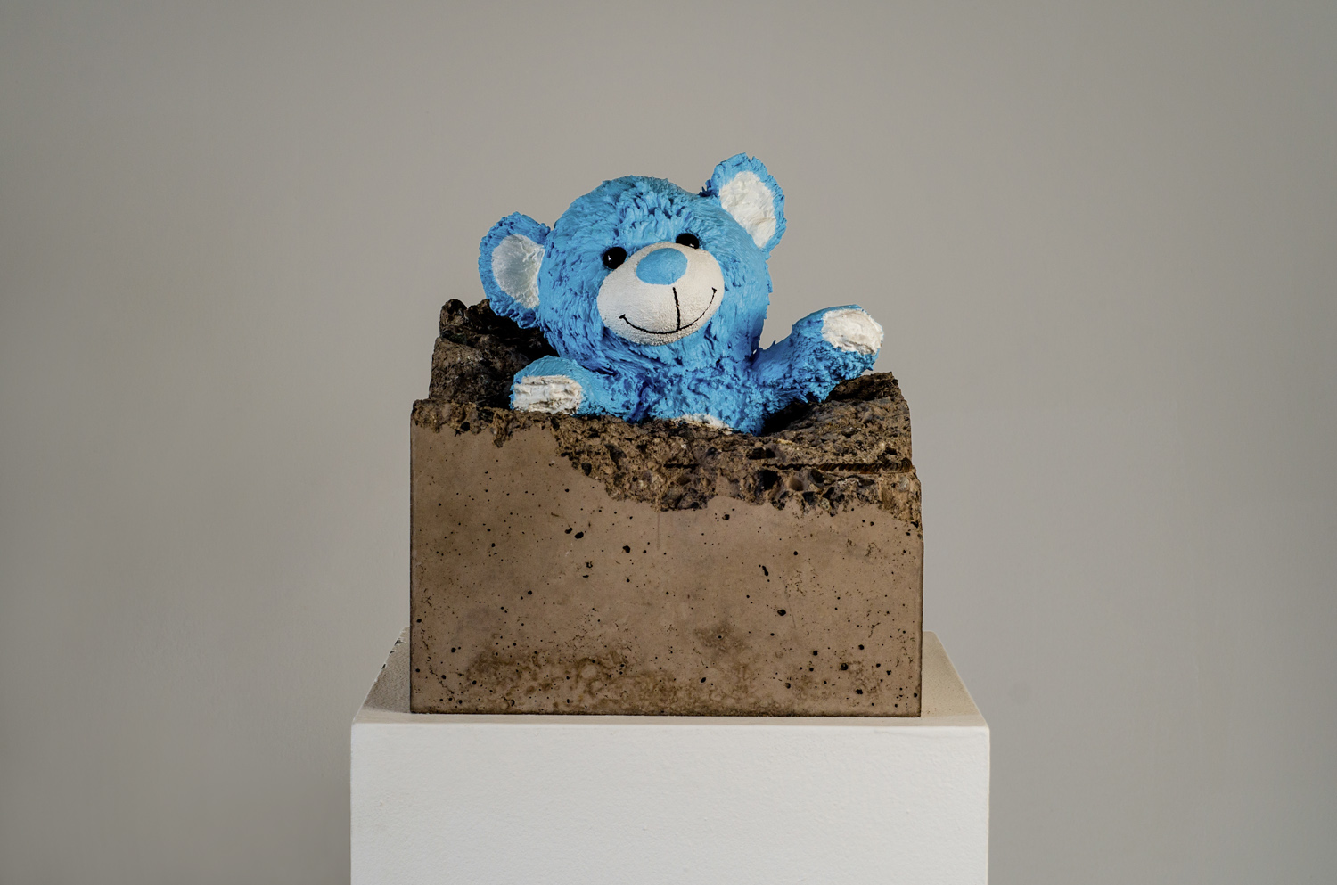 Teddy bear sculpture, concrete and resine by Amarist studio